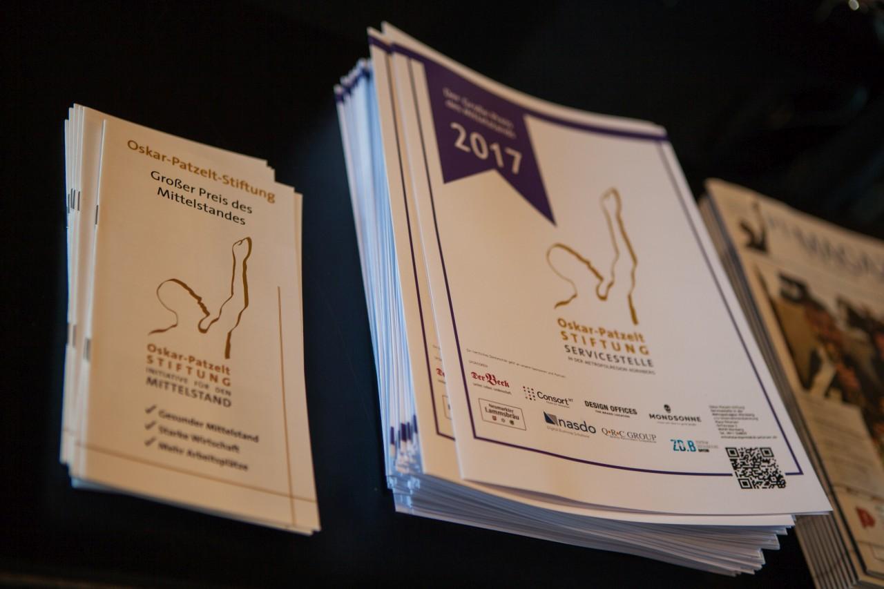 """Oskar-Patzeit-Stiftung präsentiert Broschüren von der Veranstaltung """"Großer Preis des Mittelstandes"""""""