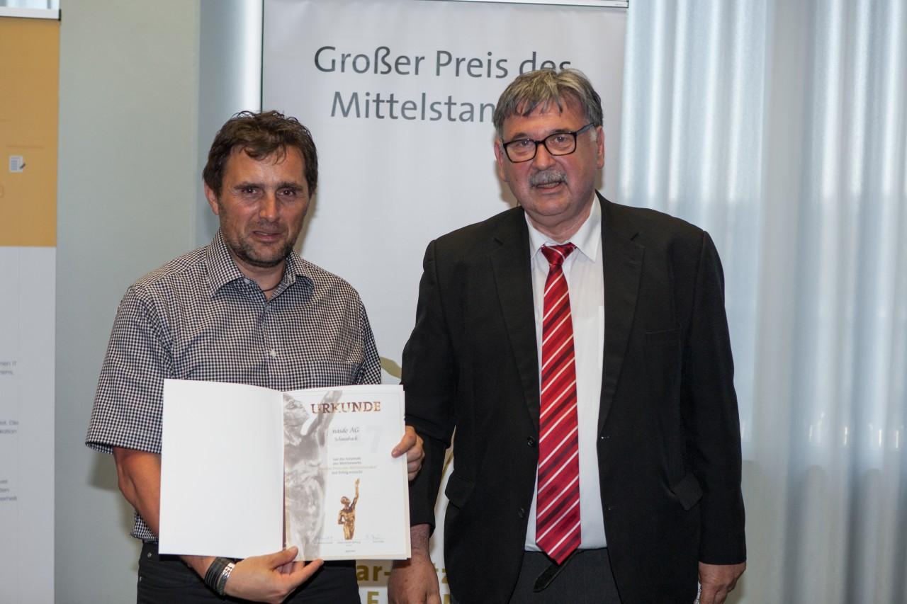Großer Preis des Mittelstandes überegab die Juryurkunde an den Geschäftsführer von der nasdo AG, Herrn Gerhard Dorner.